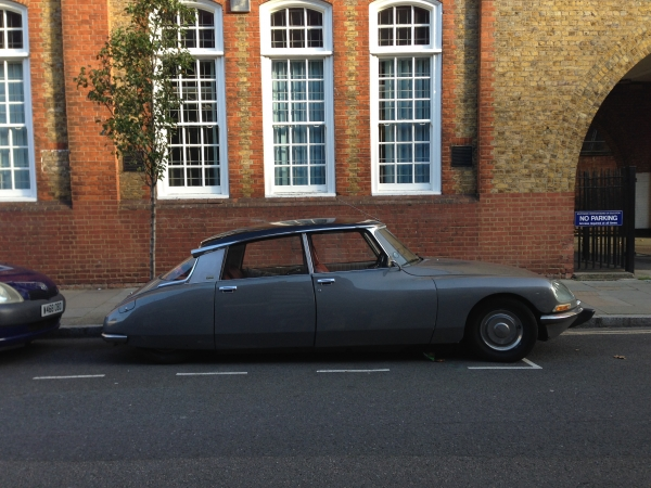 Citroën DS23 taking the weight of its tyres